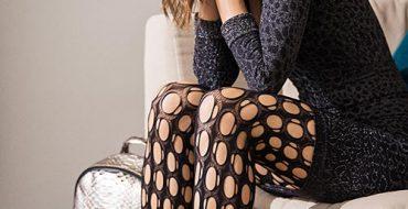 Wolford-Gwen-Fishnets-lifestyle-sofa